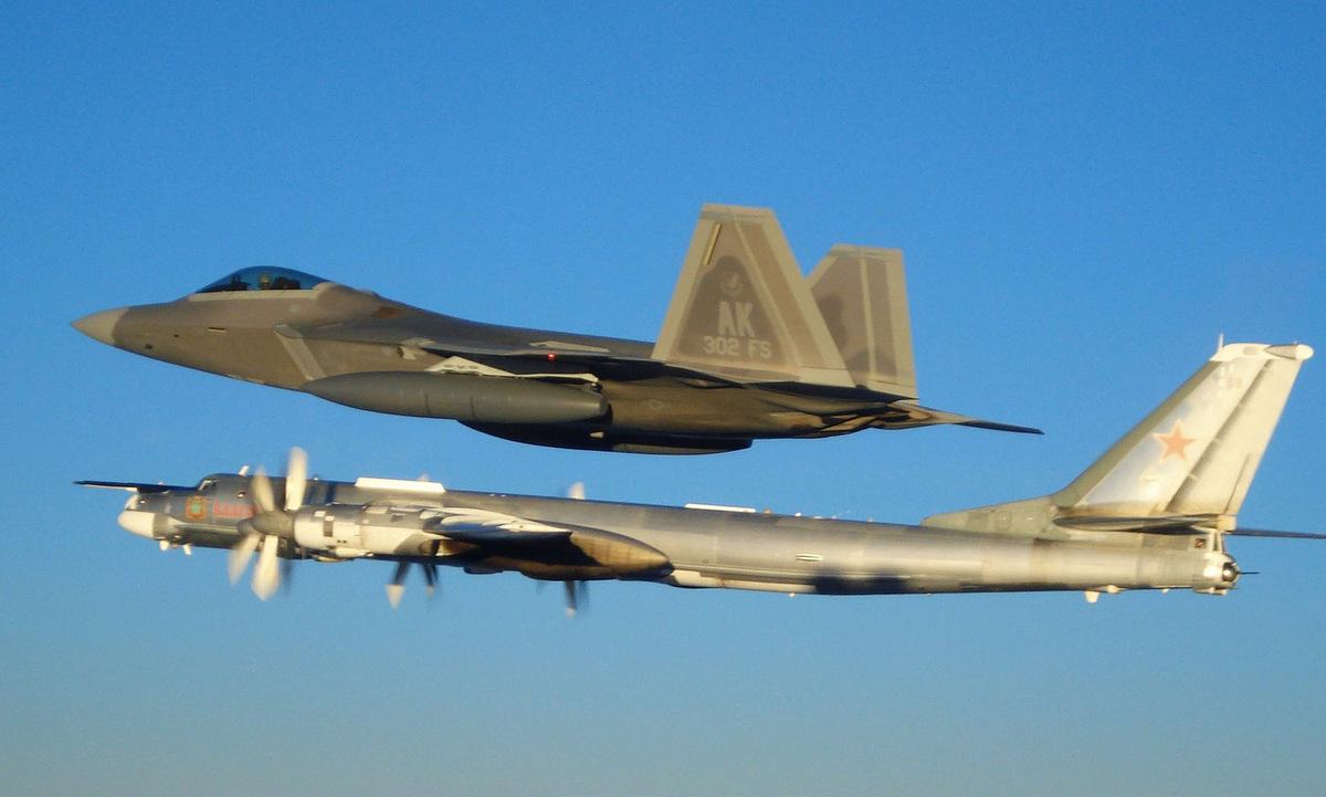 Tiêm kích F-22 Mỹ bám theo máy bay Tu-95MS Nga hồi năm 2007. Ảnh: USAF.
