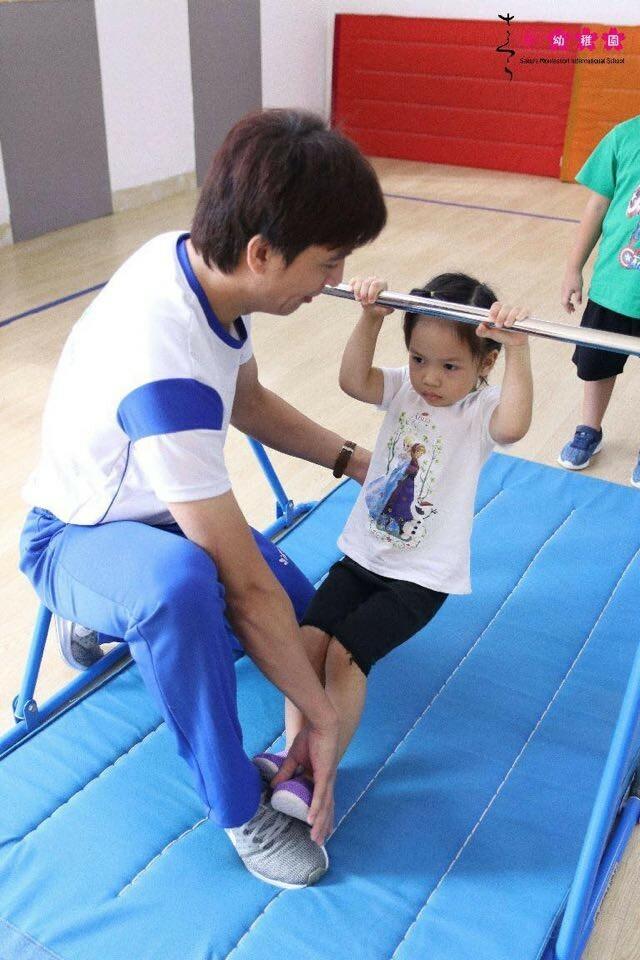 Ngoài ra, trong tuần con có một buổi thể dục Jacpa vận động với xà, nhảy dây, vận động cầu thăng bằng giúp nâng cao thể lực, nuôi dưỡng tinh thần và trí tuệ