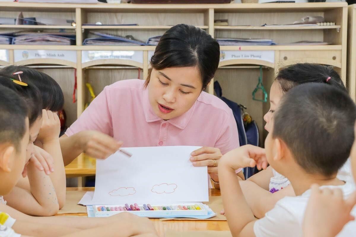 Giờ học mỹ thuật vô cùng thú vị, cô dạy con vẽ tranh cầu vồng, con chăm chú lắng nghe.