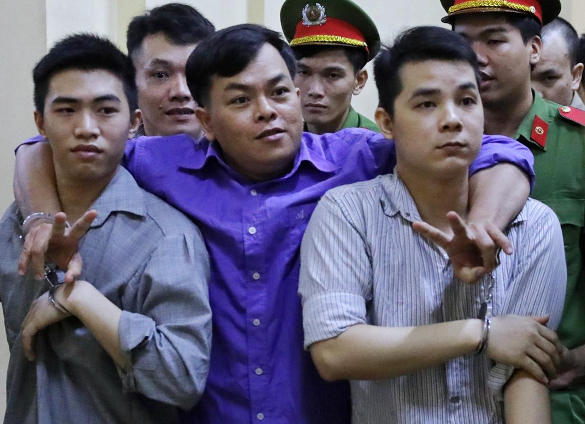 Phúc XO được các bị cáo dìu ra xe về trại, sau phiên tòa chiều 17/6. Ảnh: Quỳnh Trần.