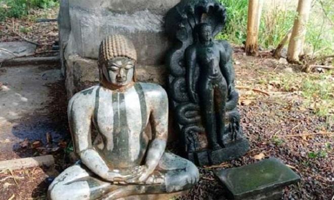Bức tượng được đặt tạm gần gốc cây. Ảnh: Ancient Origins.