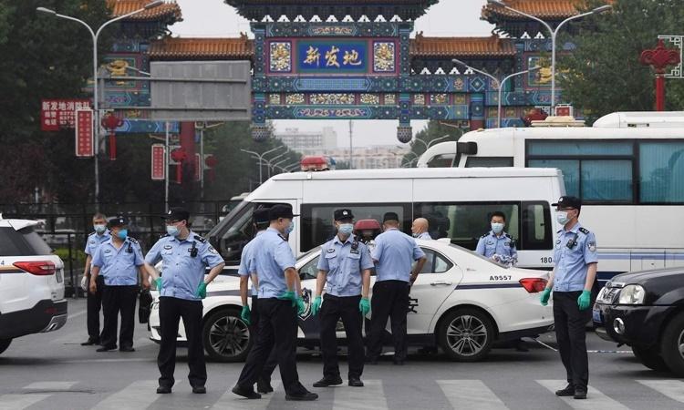 Lực lượng bảo an đứng gác trước cửa chợ Tân Phát Địa. Ảnh: AFP.