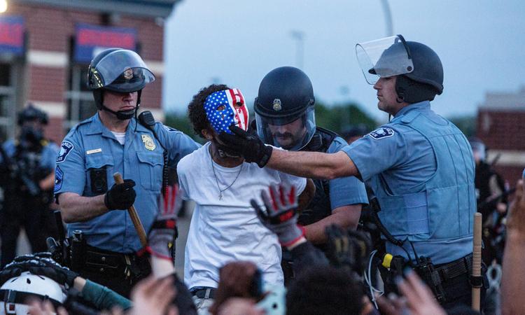 Cảnh sát bắt một người biểu tình ở thành phốMinneapolis, bang Minnesota, hôm 31/5. Ảnh:NYTimes.
