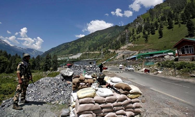 Lính Ấn Độ tại một điểm kiểm soát trên đường cao tốc tới Ladakh ngày 17/6. Ảnh: Reuters.