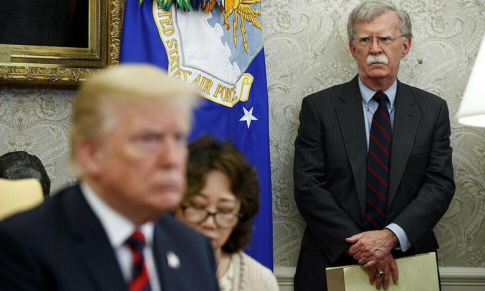 Tổng thống Mỹ Trump (trái) và cựu cố vấn an ninh quốc gia Bolton ở Nhà Trắng, thủ đô Washington, tháng 9/2019. Ảnh: AP.