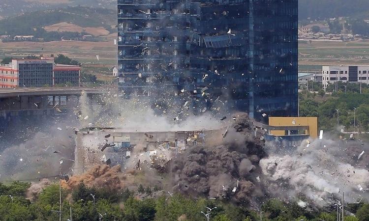Văn phòng liên lạc chung với Hàn Quốc ởKaesong bị Triều Tiên giật sập hôm 16/6. Ảnh: KCNA.