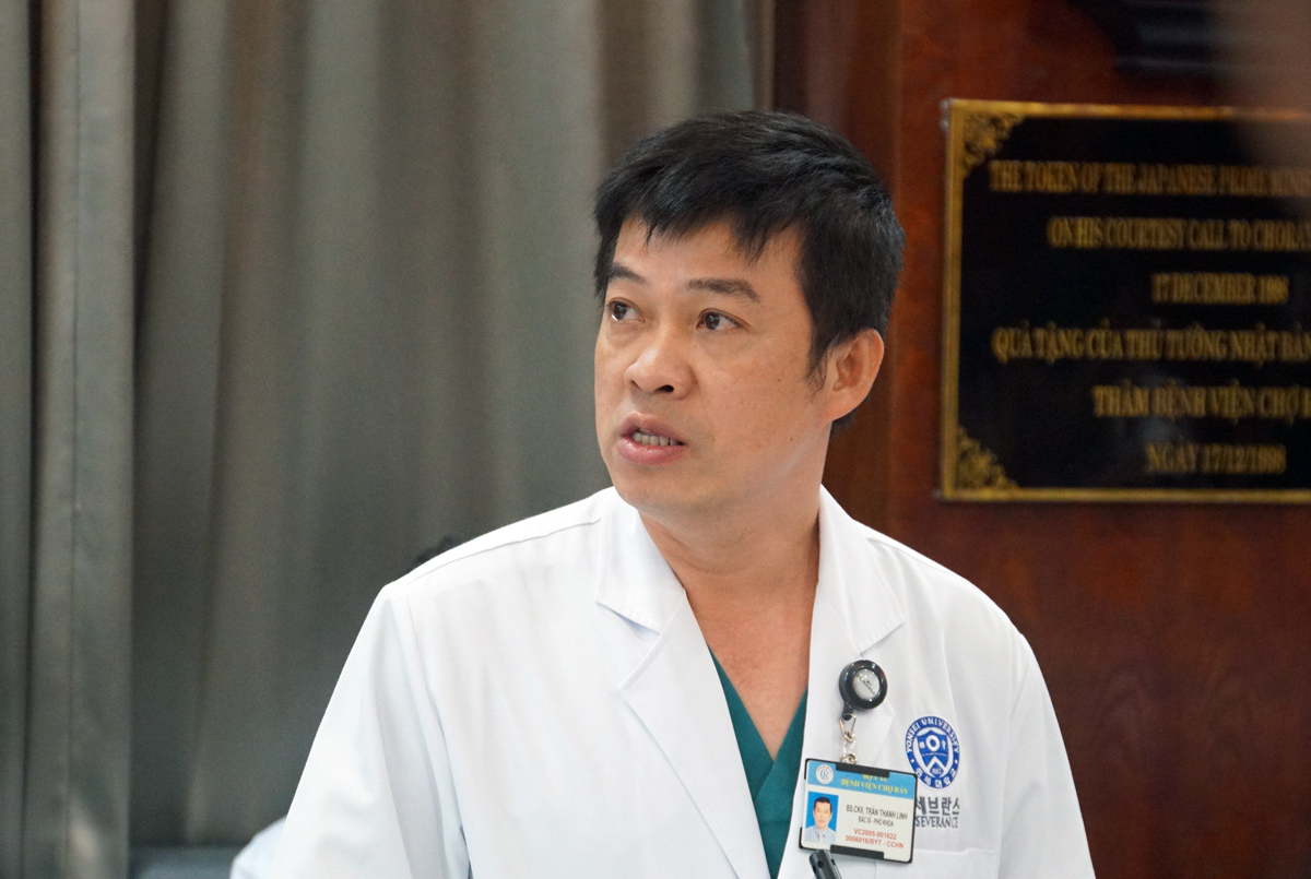 Bác sĩ Trần Thanh Linh, Phó khoa Hồi sức cấp cứu, Bệnh viện Chợ Rẫy báo cáo quá trình điều trị bệnh nhân 91. Ảnh: Mạnh Tùng.