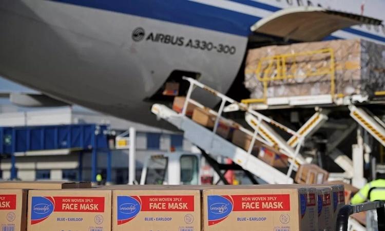 Các lô hàng khẩu trang do chính phủ Trung Quốc hỗ trợ được dỡ xuống từ một máy bay của Air China tại sân bay Athens, Hy Lạp, hồi tháng ba. Ảnh: Reuters.
