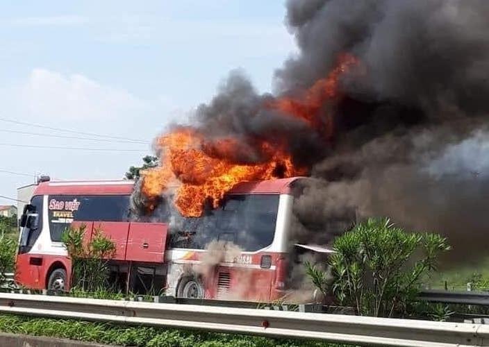 Xe giường nằm bốc cháy trên cao tốc. Ảnh:
