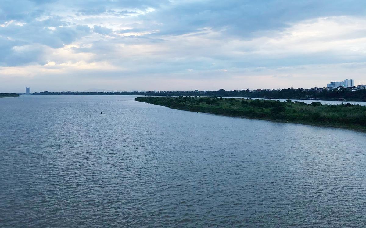Vật thể lạ nằm gần bãi nổi sông Hồng, cách cầu Long Biên khoảng 800 m về phía thượng lưu. Ảnh: Giang Huy