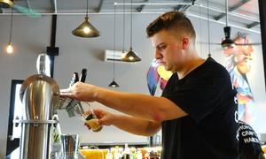 Chàng trai Anh bán bia hoa quả
