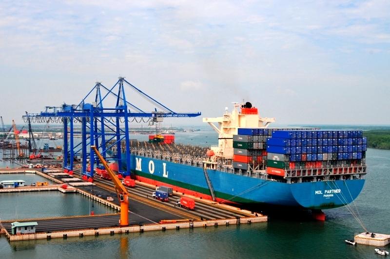 Cần cẩu ở cảng Cái Mép bốc xếp container lên tàu hàng năm 2019. Ảnh: Mạnh Khá