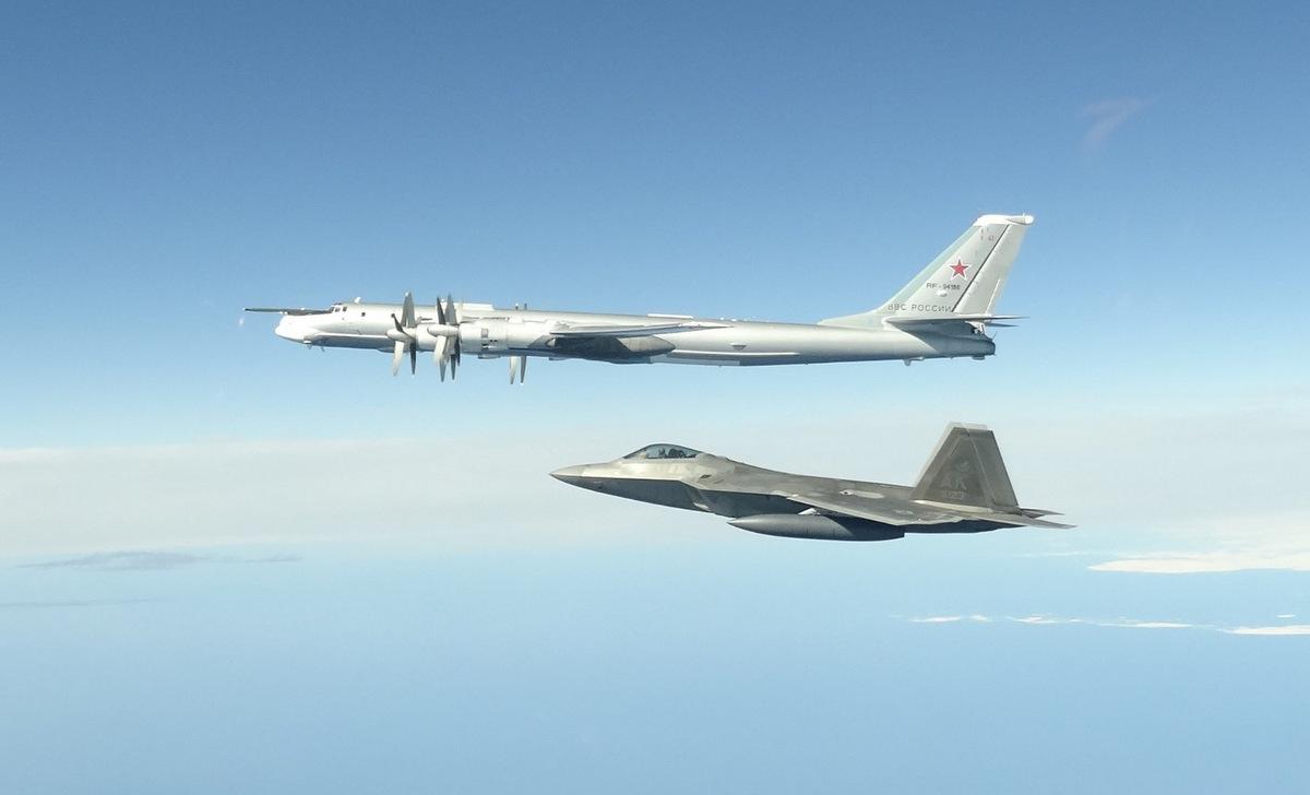 Tiêm kích F-22 Mỹ bám theo Tu-95MS Nga hôm 17/6. Ảnh: NORAD.