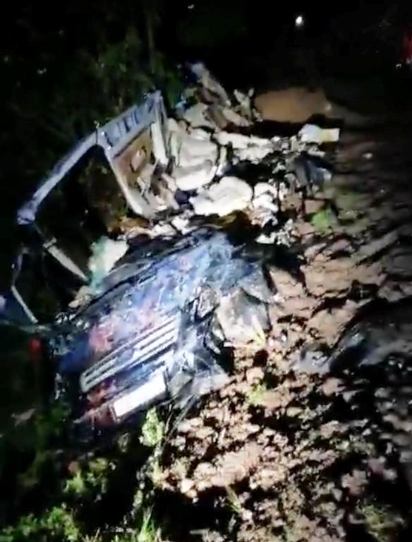 Chiếc xe 16 chỗ nát bươm sau tai nạn. Ảnh: B.M