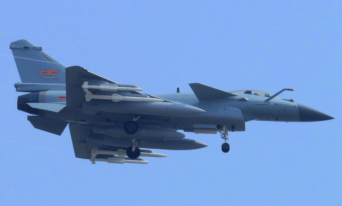 Tiêm kích J-10C Trung Quốc bay huấn luyện năm 2017. Ảnh: Sino Defence.