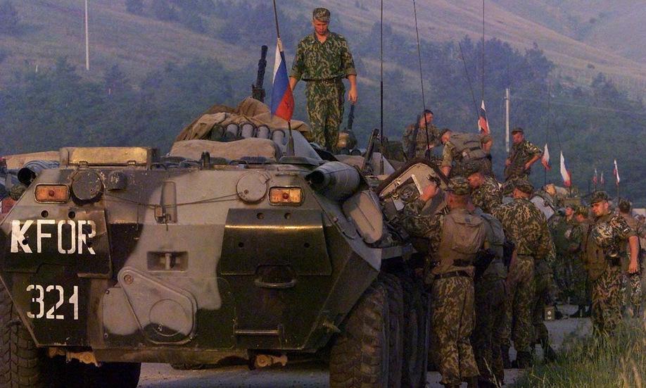 Lực lượng Nga triển khai ngoài sân bay Pristina ngày 12/6/1999. Ảnh: Reuters.