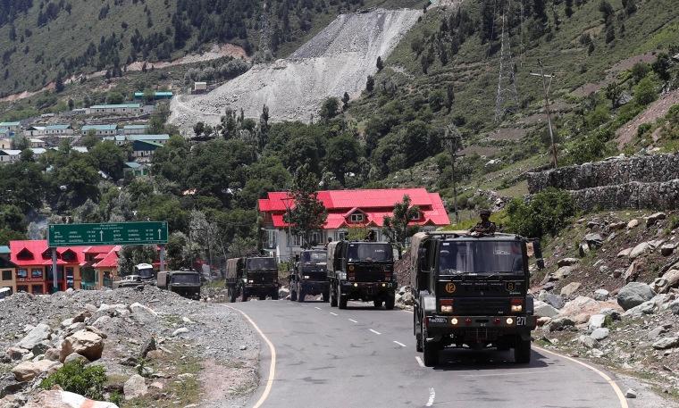 Đoàn xe quân sự Ấn Độ tiến đến Ladakh hồi tháng 5. Ảnh: Reuters.
