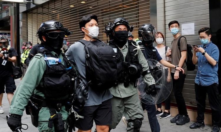 Một người bị bắt trong cuộc biểu tình phản đối luật quốc ca ở Hong Kong hôm 27/5. Ảnh: Reuters.