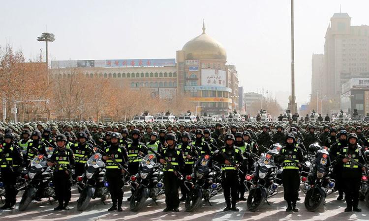 Cảnh sát Trung Quốc tham dự cuộc diễu hành chống khủng bố tại Hetian, Tân Cương tháng 2/2017. Ảnh: AFP.