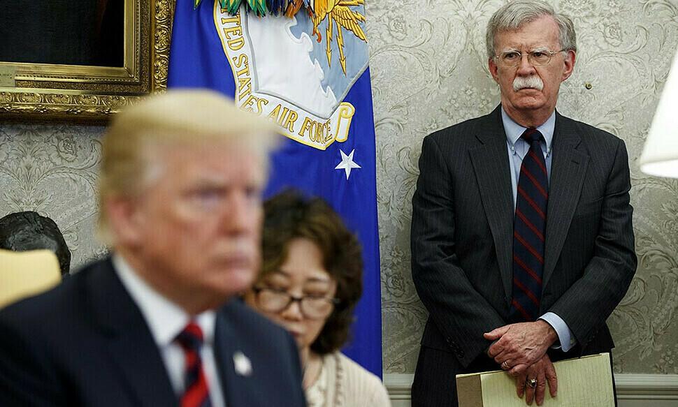 Tổng thống Mỹ Trump (trái) và cựu cố vấn an ninh quốc gia Bolton ở Nhà Trắng, thủ đô Washington, tháng 9/2019. Ảnh:AP.