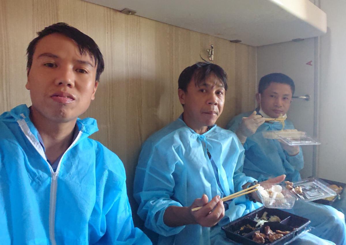 Lao động Trung Quốc được phục vụ ăn uống trên tàu. Ảnh: Đoàn tiếp viên đường sắt.