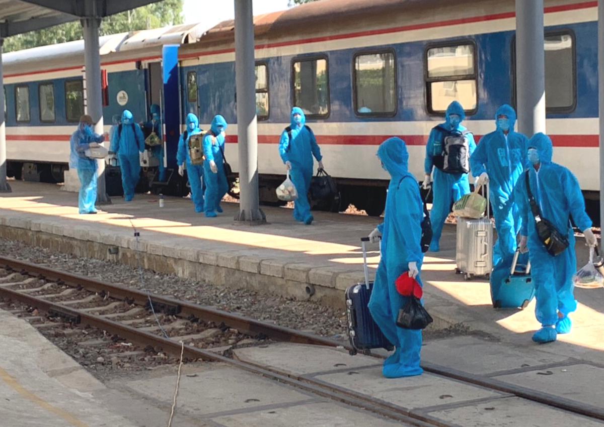 Lao động Trung Quốc xuống tàu tại ga Quảng Ngãi ngày 12/6. Ảnh: Đoàn tiếp viên đường sắt HN.