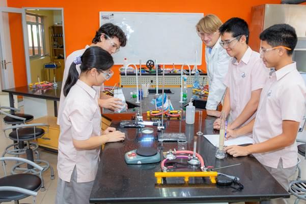 4 học sinh SIS và giáo viên tham gia cuộc thi.