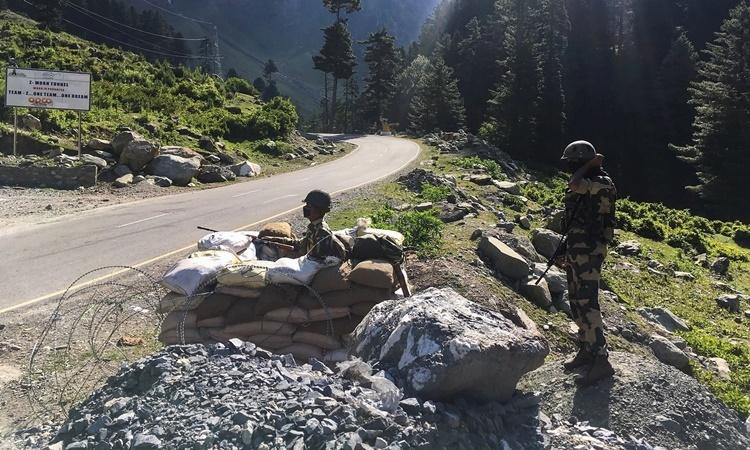 Binh sĩ thuộc lực lượng An ninh Biên giới Ấn Độ canh gác một con đường cao tốc dẫn tới thị trấn Leh, gần khu vực biên giới với Trung Quốc, ngày 17/6. Ảnh: AFP.
