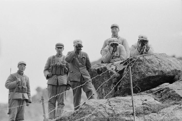 Các binh sĩ Trung Quốc canh gác đường biên biên giới trên đèo Nathu La năm 1967. Ảnh: Hulton Archive.