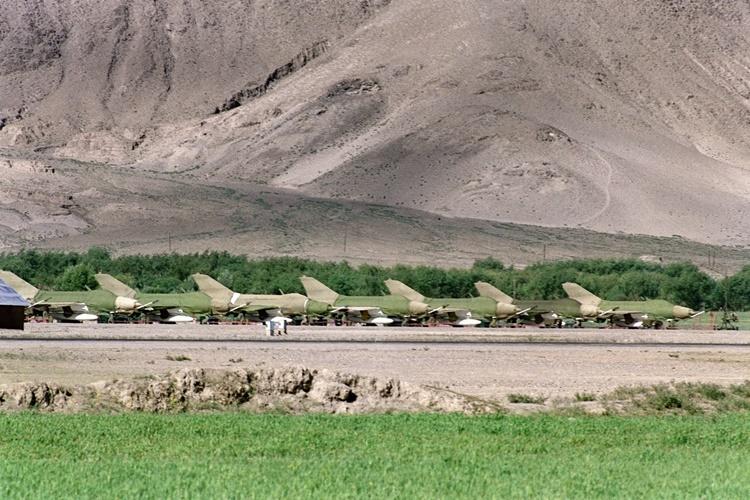 Chiến đấu cơ Trung Quốc đậu tại sân bay Gonggar thuộc khu tự trị Tây Tang hồi tháng 6/1987. Ảnh: AFP.