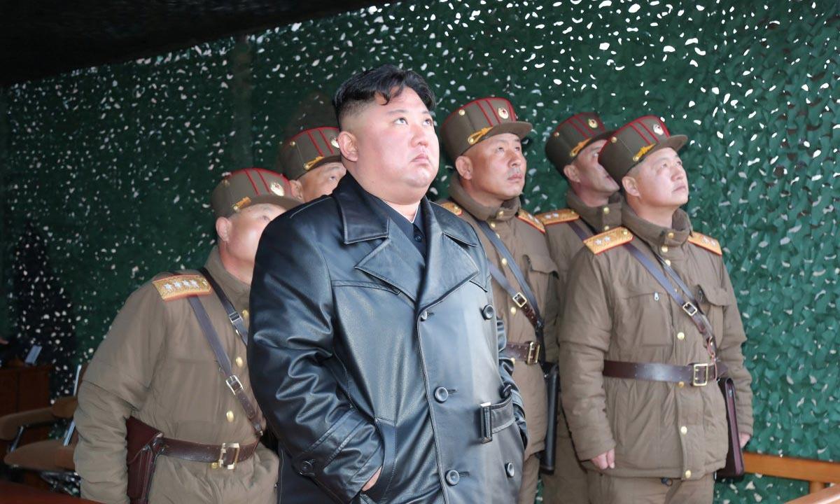 Lãnh đạo Triều Tiên Kim Jong-un thị sát một vụ thử vũ khí hồi tháng 3. Ảnh: KCNA.