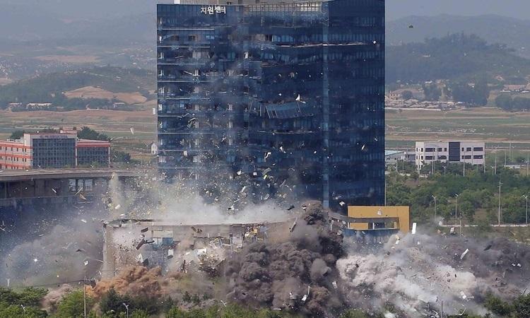 Hiện trường vụ Triều Tiên giật sập văn phòng liên lạc chung với Hàn Quốc hôm 16/6. Ảnh: KCNA.