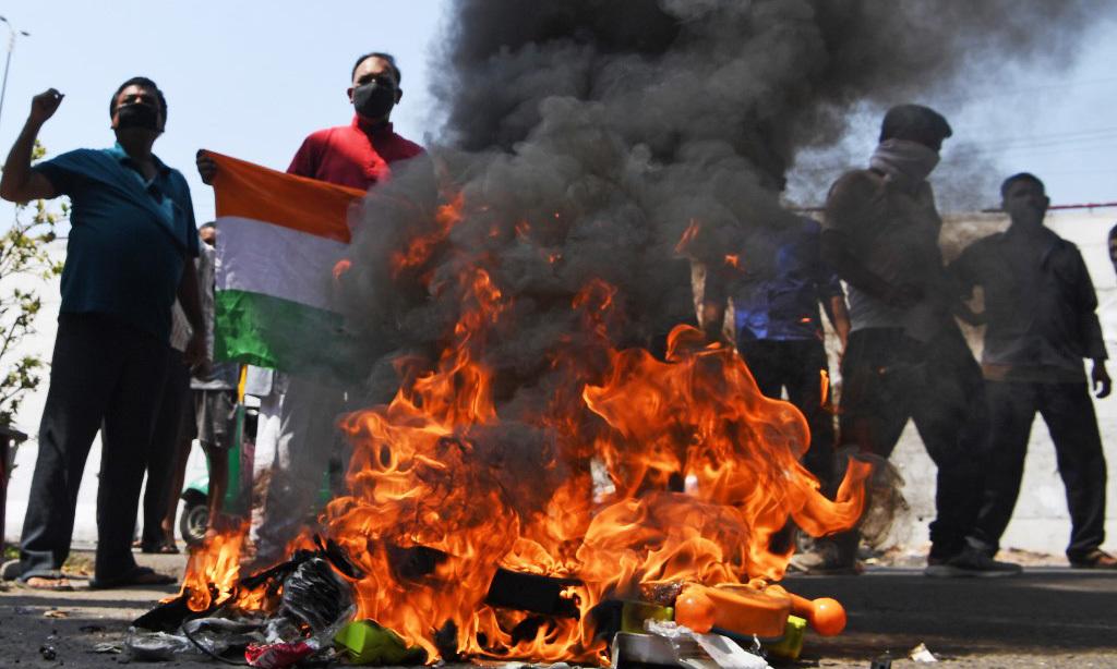 Đám đông biểu tình đốt hàng hóa Trung Quốc tạiNew Delhi, Ấn Độ, hôm 18/6. Ảnh: AFP.