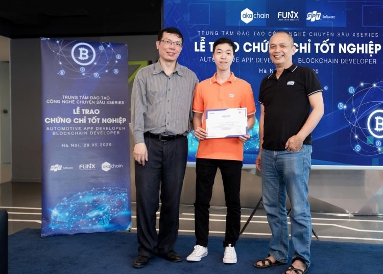 Nguyễn Văn Huấn (giữa) được Founder FUNiX Nguyễn Thành Nam và chuyên gia blockchain Đặng Minh Tuấn trao chứng chỉ tốt nghiệp khóa Blockchain Developer.