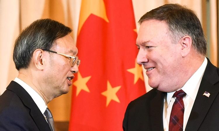 Nhà ngoại giao Trung Quốc Dương Khiết Trì và Ngoại trưởng Mỹ Mike Pompeo tại cuộc thảo luận ở Hawaii ngày 17/6. Ảnh: AFP.