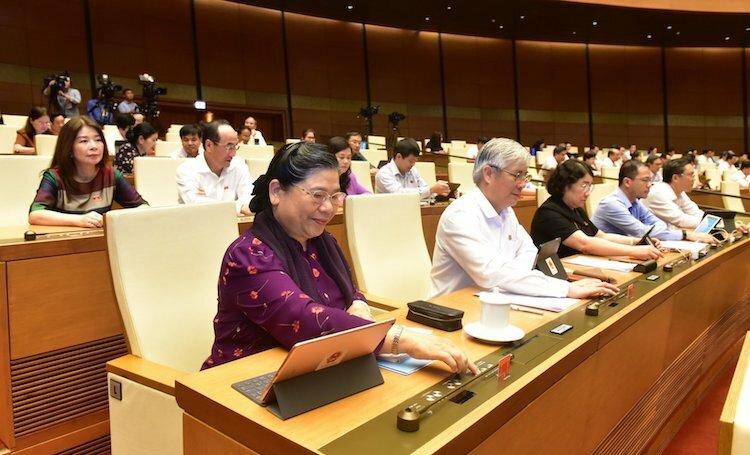 Đại biểu Quốc hội ấn nút thông qua Luật tại nghị trường. Ảnh: Hoàng Phong