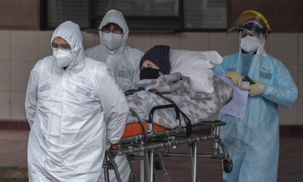 Bệnh nhân Covid-19 được đưa đến bệnh viện ở Santiago, Peru, hôm 18/6. Ảnh: AFP.