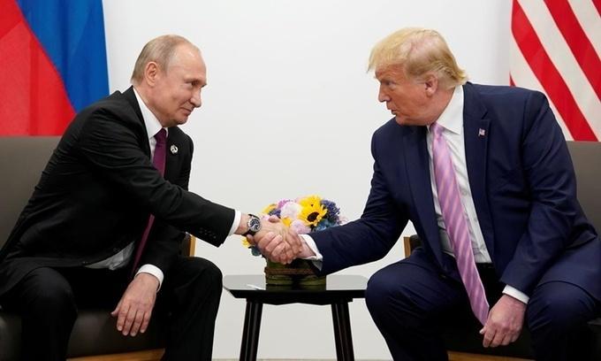 Tổng thống Nga Vladimir Putin (trái) và Tổng thống Mỹ Donald Trump gặp mặt bên lề hội nghị thượng đỉnh G20 ở Osaka, Nhật Bản, tháng 6/2019. Ảnh:Reuters.