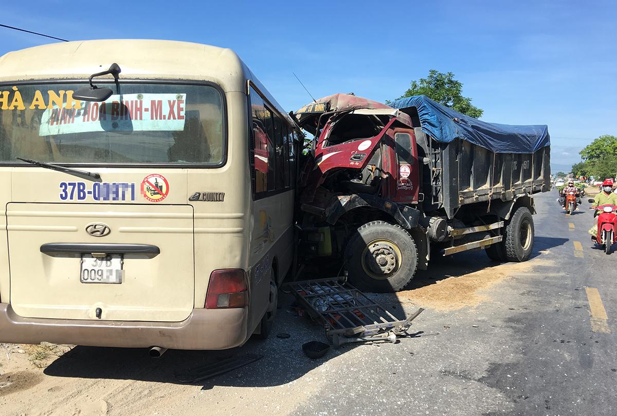 Hai xe dập nát sau vụ tai nạn. Ảnh: Phương Ngọc.