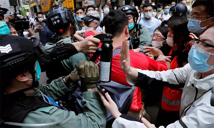 Cảnh sát chống bạo động đối đầu với người biểu tình Hong Kong, ngày 27/5. Ảnh: Reuters.