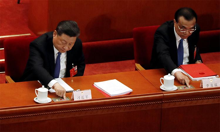 Chủ tịch Trung Quốc Tập Cận Bình và Thủ tướng Lý Khắc Cường nhấn nút biểu quyết luật an ninh Hong Kong trong phiên cuối kỳ họp quốc hội ở Bắc Kinh, ngày 28/5. Ảnh: Reuters.