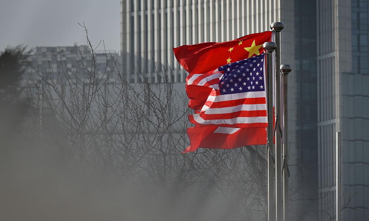 Cờ Mỹ (trước) và Trung Quốc bên ngoài một tòa nhà văn phòng ở Bắc Kinh, hồi tháng 1. Ảnh:AFP.