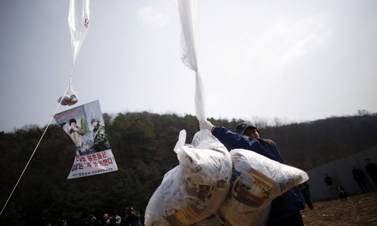 Người đào tẩu Triều Tiên đang giữ túi đựng truyền đơn chống Triều ở gần khu phi quân sự ởPaju, Hàn Quốc, hồi tháng 3/2016. Ảnh:Reuters.