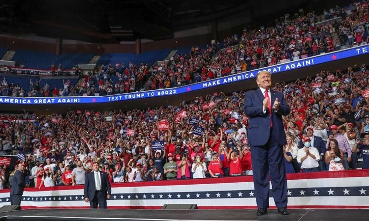 Trump tại cuộc mít tinh ở trung tâm BOK tại Tulsa ngày 20/6. Nhiều chỗ ngồi ở tầng trên bị bỏ trống. Ảnh: Reuters.