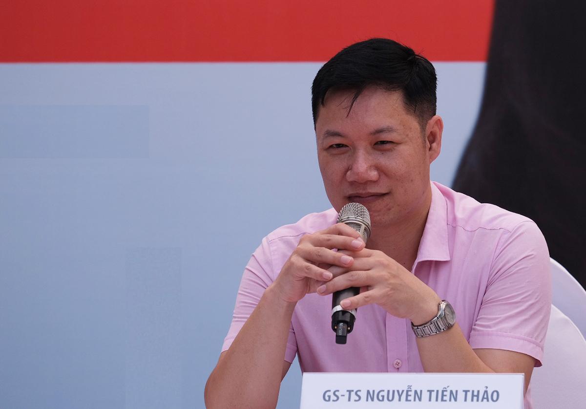 GS Nguyễn Tiến Thảo, Phó ban đào tạo Đại học Quốc gia Hà Nội, tư vấn chọn ngành nghề cho thí sinh. Ảnh: Dương Tâm.