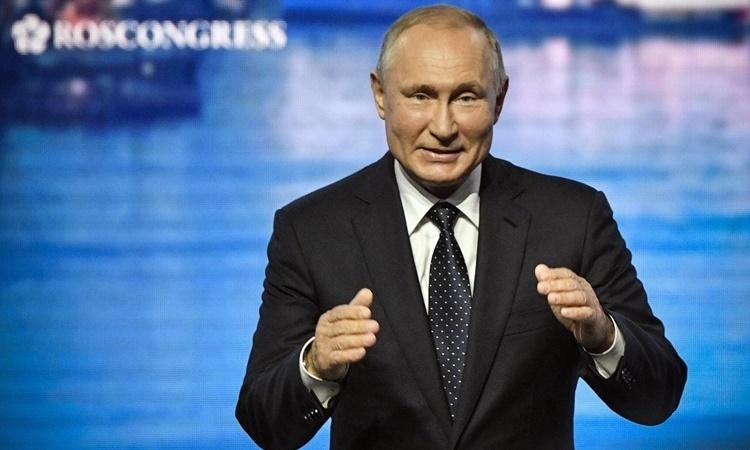 T?ng th?ng Nga Putin t?i l? khai m?c phiên toàn th? Di?n ?àn Kinh t? ph??ng ??ng ? Vladivostok h?i tháng 9/2019. ?nh: Reuters.