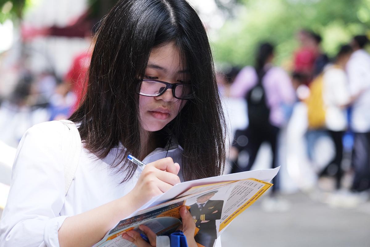 Học sinh tham gia ngày hội tư vấn tuyển sinh sáng 21/6. Ảnh: Dương Tâm.
