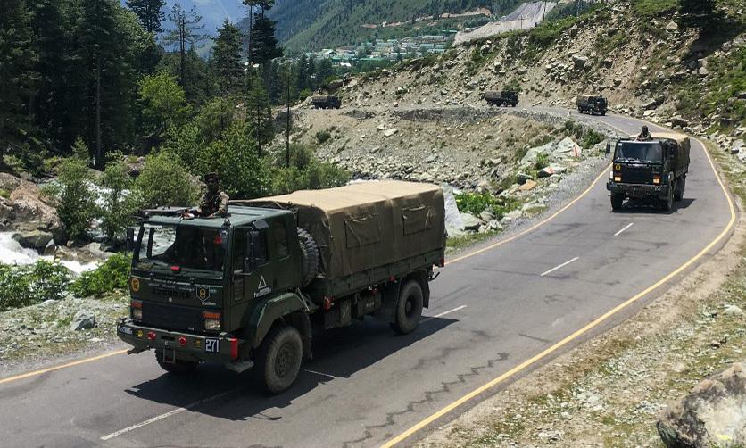 Đoàn xe của quân đội Ấn Độ tiến về phía biên giới với Trung Quốc hôm 17/6. Ảnh: AFP.
