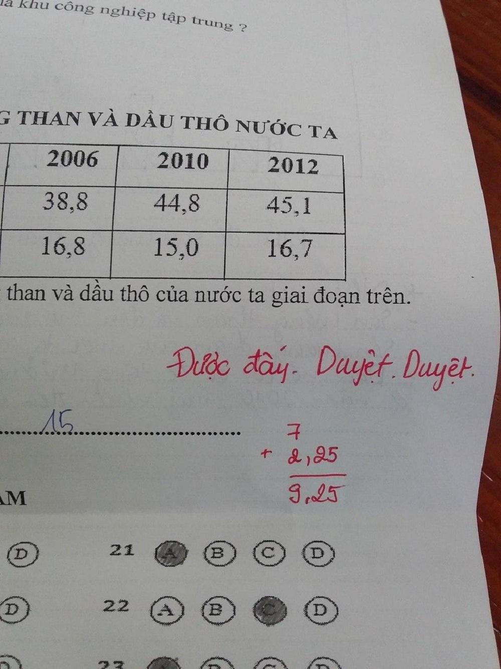 Đầu tiên, một bài kiểm tra đạt 9,25 điểm, người chấm dường như cũng mừng thay: Được đấy, duyệt, duyệt.