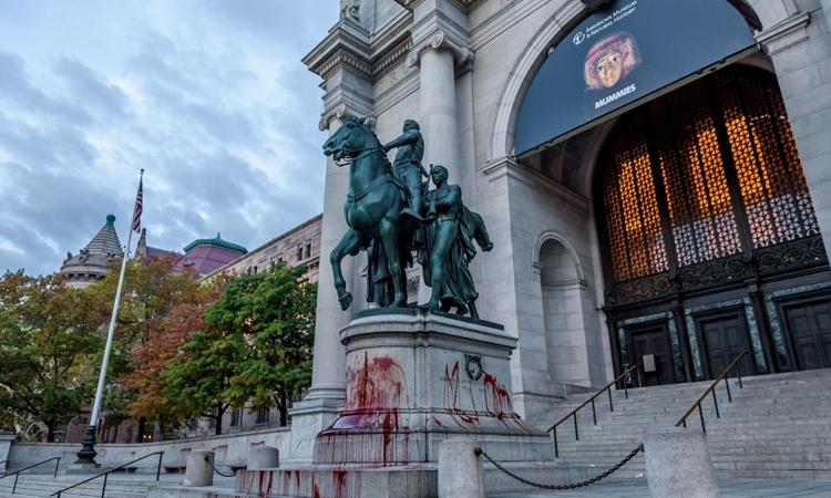 Tượng cựu tổng thống Mỹ Theodore Roosevelt bên ngoài Bảo tàng Lịch sử Tự nhiên ở New York bị phun sơn đỏ hồi tháng 10/2017. Ảnh: Reuters.